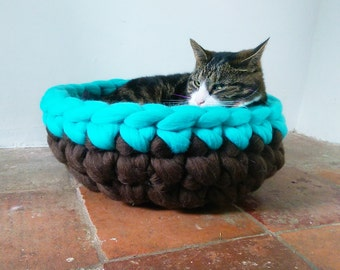 Chunky yarn Cat Bed Cat Cave Bedding Cat House basket with free Ball 100% wool in Brown & Teal