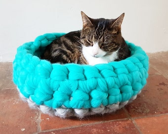 Chunky crochet cat bed grey- 100% natural wool in grey and spearmint