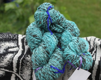 Jacob sheep wool handspun shearling yarn - turquoise