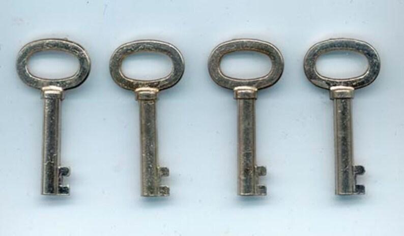 Tiny Real Old Skeleton Keys / Jewellery Assemblage Altered image 0
