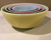 Vintage set of 4 Pyrex nesting bowls- primary colors