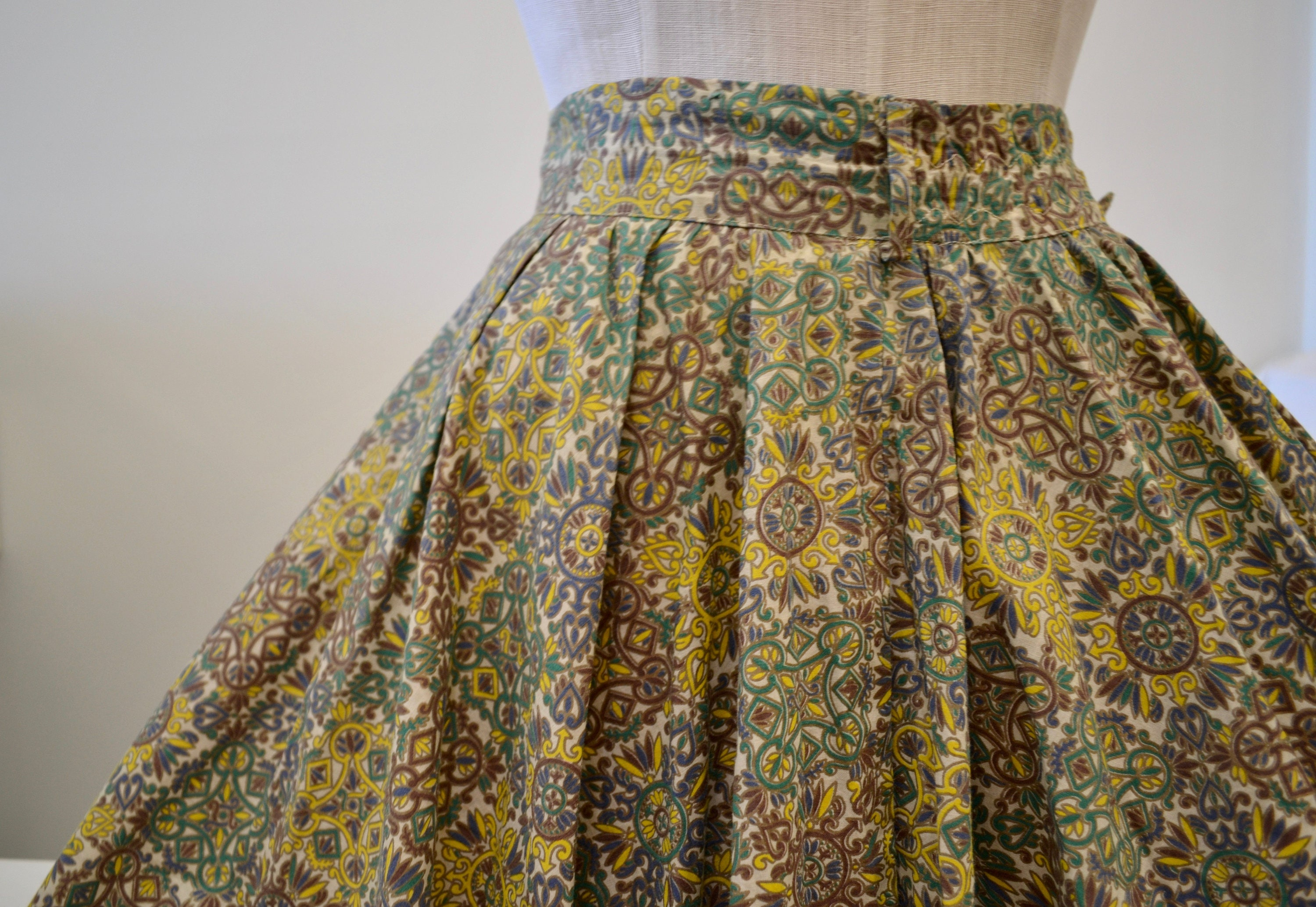 1950s Hats: Pillbox, Fascinator, Wedding, Sun Hats 1950s Vintage Medallion Printed Cotton Circle Skirt With Belt Looped Band 26 Waist Mildreds Couture Gorgeous Lofting Twirling $0.00 AT vintagedancer.com