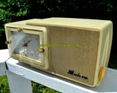 PALACE Ivory and Gold Mid Century Retro Jetsons 1959 Bulova Model 100 Tube AM Clock Radio Excellent Condition