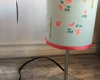 "Small flowers pattern, VINTAGE desk lamp. height 12 ""circumference 5"". Lampshade fabric that provides decorative diffuse lighting"
