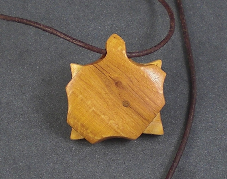 Wooden pendant Lady Augusta with a branch hole