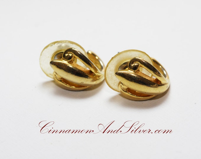 Classic Gold Vintage Small Shell Post Earrings, Small Gold Vintage Shell Post Earrings, Classy Vintage Small Curved Hoop Earrings