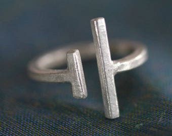 Open band geometric ring with uneven facing bars (R0043)