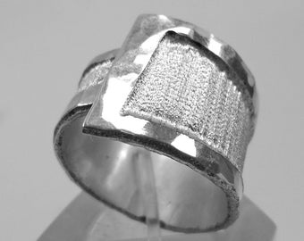 Adjustable aluminum ring, hammered at the edges and satin in the center, with custom text.