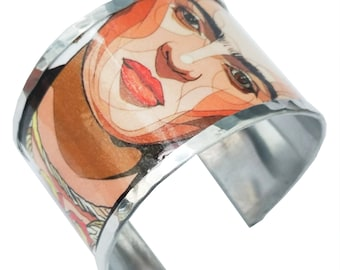 Aluminum open cuff bracelet inspired by Frida Kahlo, 5 cm width, with personalized text inside.