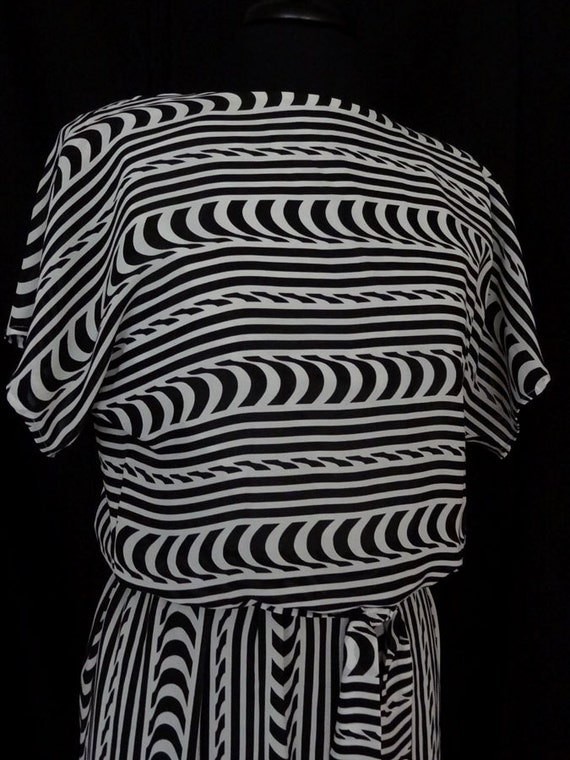 1980s Dress / Abstract Zigzag Black & White Daydre