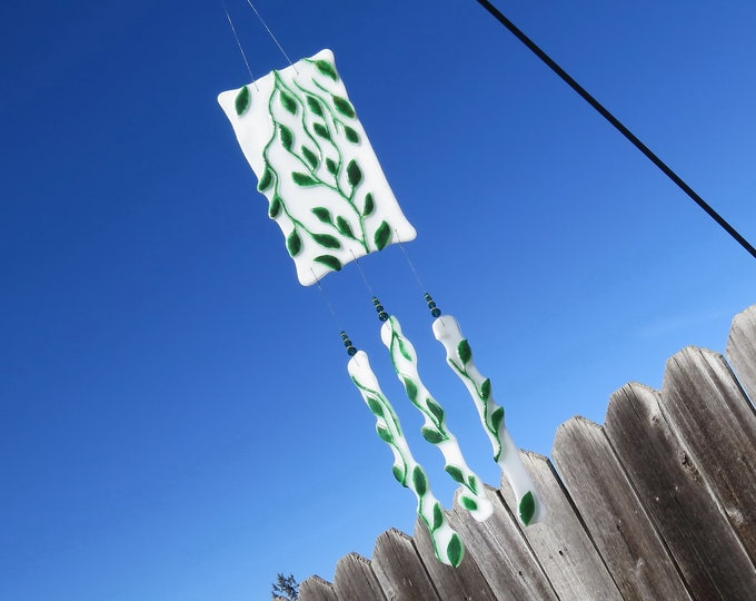 This beautiful leaf wind chime will add color to any area of your yard or patio.  It makes the sweetest sound with just the slightest breeze
