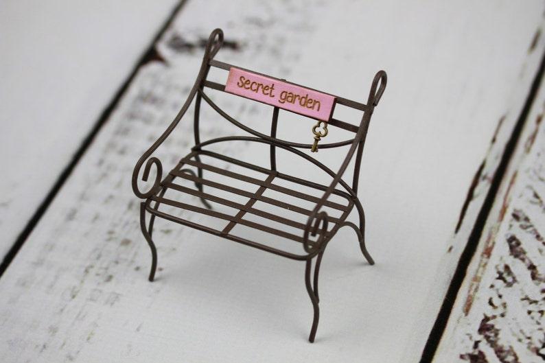 Accessoire miniature fée jardin banc mobilier Jardin Secret pour terrarium  ou maison de poupée à la main