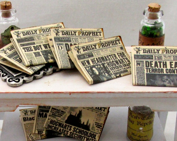 "1:24 Scale 2 DAILY PROPHET NEWSPAPERS Miniature Dollhouse 1/2"" Scale Illustrated Magic Witch Popular Boy Wizard Potter Breakout Azkaban"