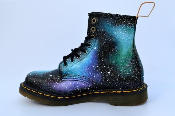 VEGAN Dr Martens, Punk Stiefel, DM Stiefel, Astronomie Geschenk, Galaxy Mode, Alternative Mode, Damenschuhe, Damen Stiefel, Herren Stiefel