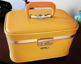 Vintage Train Makeup Case Suitcase 50s Luggage FREE SHIP Hardside Jacque Cotter Burlesque OA2C06