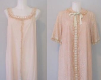 19a7e14cd87c Odette Barsa Baby Doll Lingerie Peignoir Set Vintage 1960s Robe Nightgown  Beige Lace Nylon