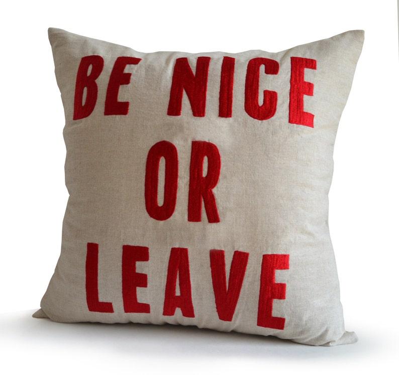 Être belle ou laisser housse de coussin, coussin avec Word, taie d'oreiller en lin, coussin brodé à la main, cadeaux pour elle, cadeaux
