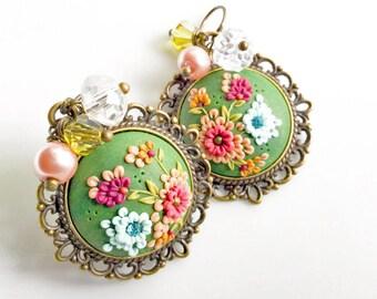Green boucles d'oreilles, boucles / / boucles d'oreilles / / bijoux en argile polymère / / fleurs sauvages / / PiperPixieDesigns / / bijoux de fête des mères