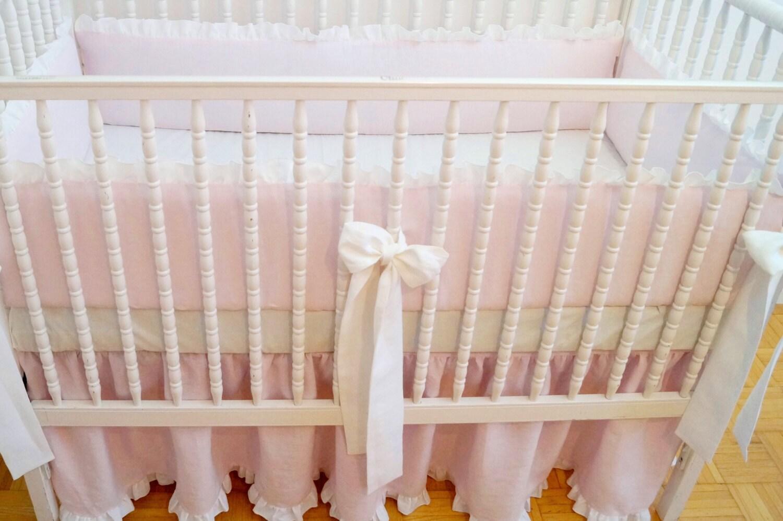 Literie de berceau de lin - rose clair de jupe rassemblé avec volant blanc, - literie de pépinière de fille