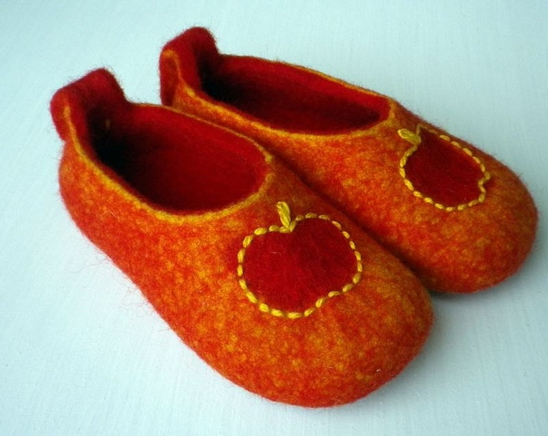 cf63c5b7ad476 Felted wool slippers / house shoes for children - Red apples