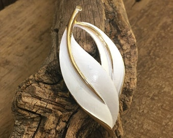 Vintage Sarah Coventry simply beautiful vintage brooch/pendant, pearlized perfection Sarah Cov. brooch from the 60's, vintage leaf pendant