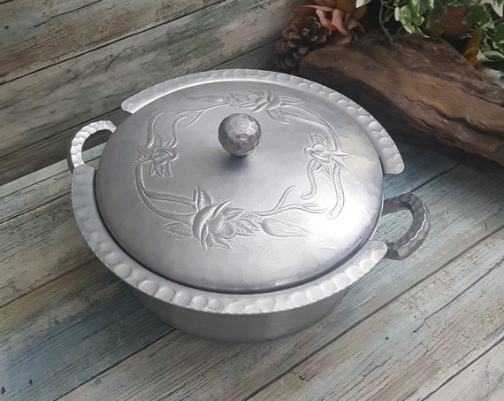 Hand Forged Everlast hammered aluminum double handled casserole server with lid, hammered aluminum covered dish, vintage aluminum decor