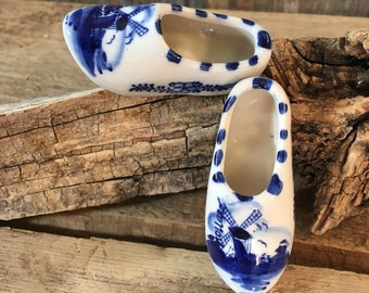Vintage hand painted pair of Holland mini porcelain clogs, blue and white Holland decor, Holland souvenirs, blue and white miniature clogs