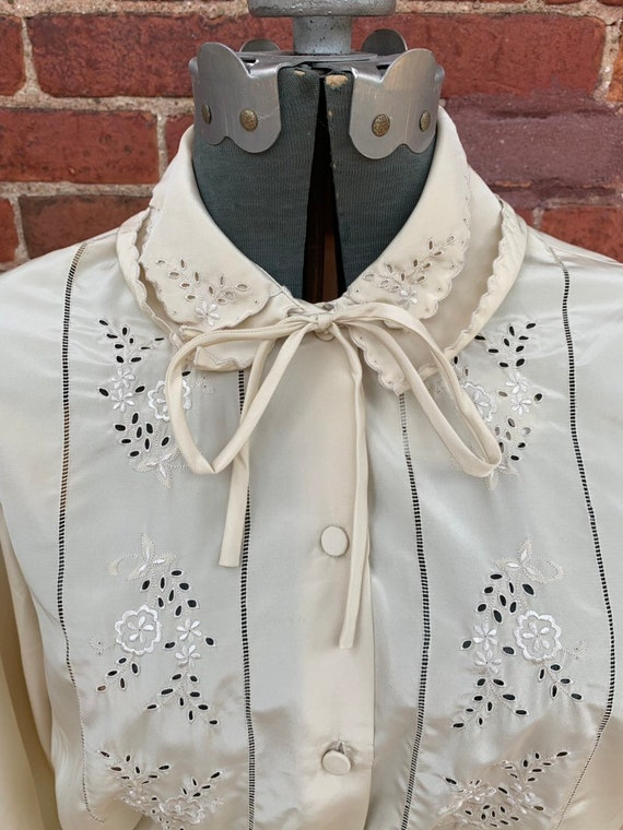 The pocket garnished Hand embroidered dress
