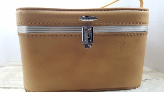 Very Good Condition. Sears Featherlite Train Case