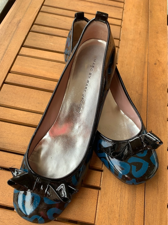 60s style black and blue hearted pump shoes ( mod