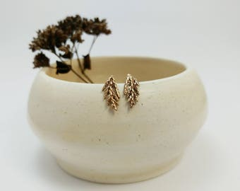 Studs branche de genévrier en bronze, Boucles d'oreilles branches, Studs bronze, Clous d'oreilles, Branches de cèdre, Argent, Nature