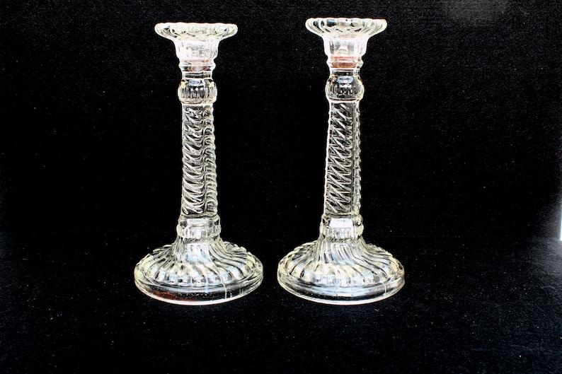 Teelicht kerzenhalter aus grauem glas in blütenform