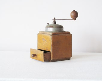 1950s Coffee Grinder / Mill, France, Wood and Chrome, fully functional, H 21.5 cm/8.5 in, Width 11 cm/4.3 in