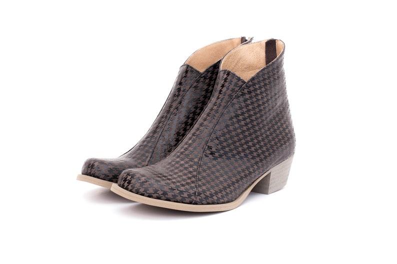 9ef47276136f52 Leder Stiefel die grauen Hahnentritt-Stiefeletten die breit