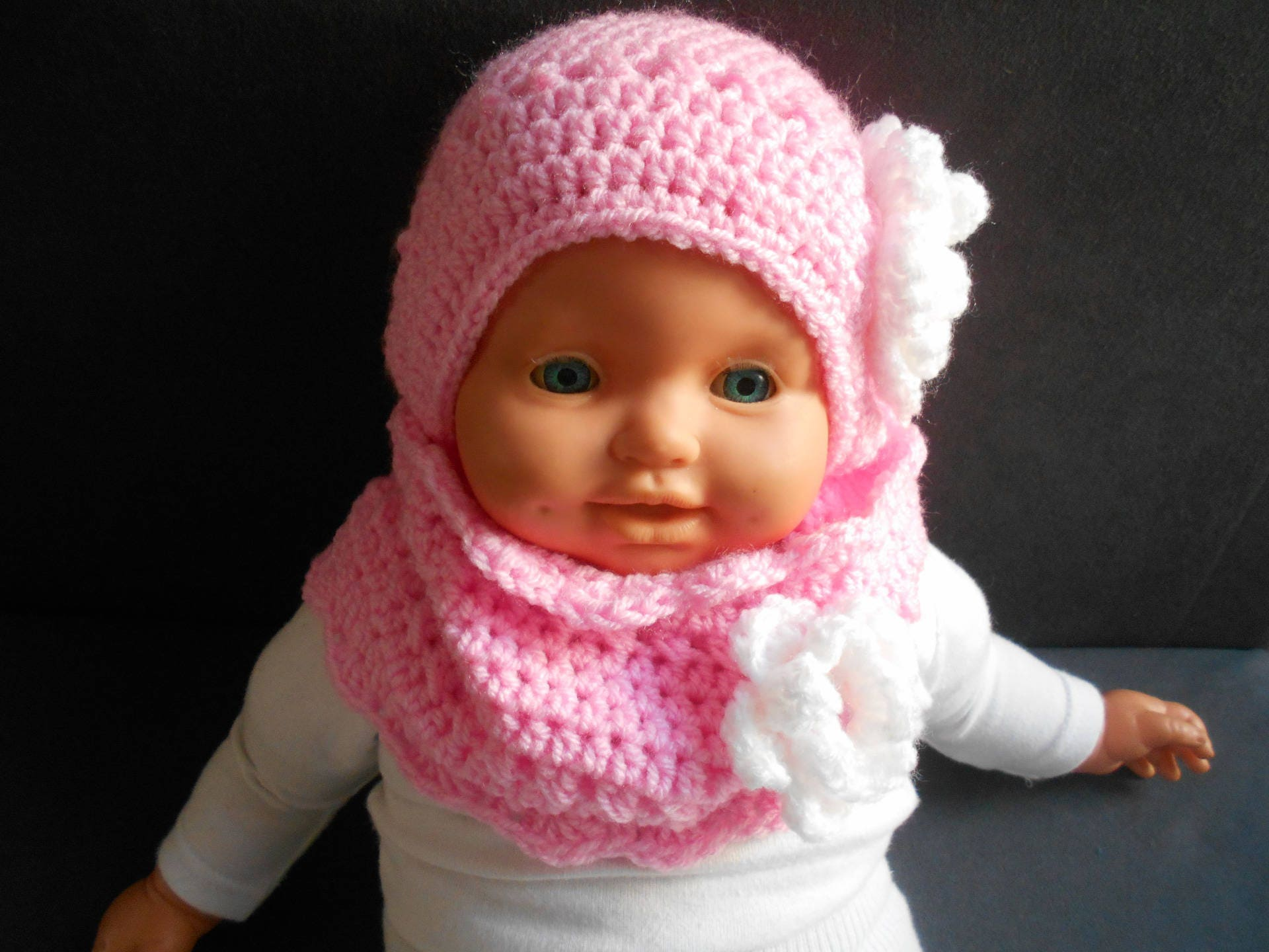 ENSEMBLE bébé fille au tricot en laine Bonnet et Chaussons assortis en Gris  et Rose - 50 ... ec870164c51