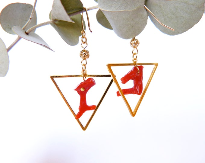 Light triangle earrings - Red coral branch - Gold plated beads -