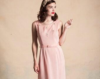 Vintage 1950s pink summer dress / flower appliqués / linen texture / matching belt / size S