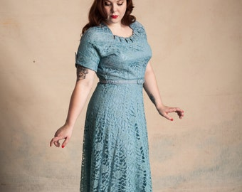 1950s blue lace overlay party dress / neckline cutouts / rhinestones / split cuff sleeves / matching belt / volup / size L