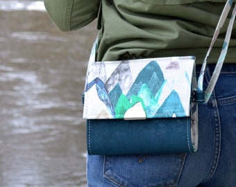 SEE TO DE Bag in cotton patterned with colorful mountains and blue turquoise cork. Backpack, Cork leather base, Vegan, eco-friendly