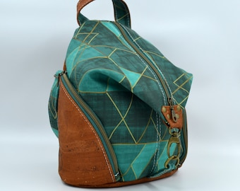 PLEASE TO DE Bag in cotton patterned with green triangles and cognac cork. Backpack, Cork leather base, Vegan, eco-friendly