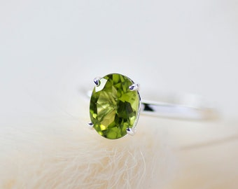 Ophelia - 14K White Gold Oval Green Peridot Ring - Handmade Jewellery