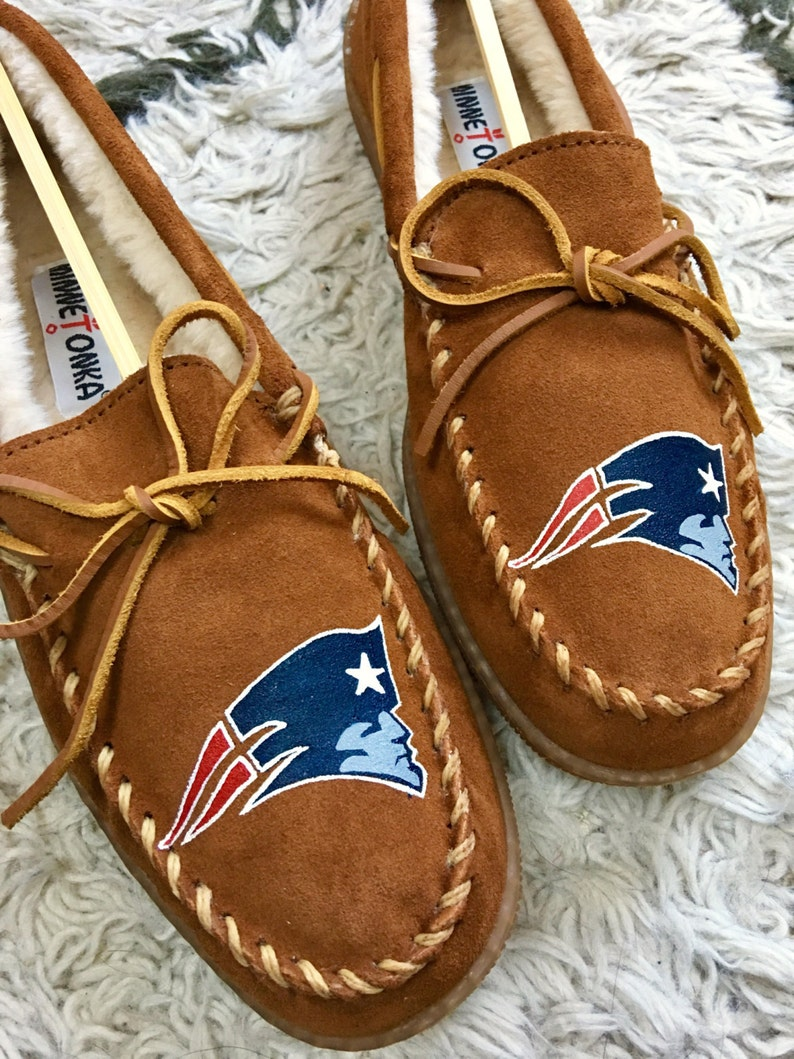 cd96d02a0f2 Custom Painted Mens New England Patriots Minnetonka Slippers