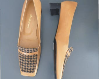 90s moccasins. 35.5 EU size. Tabac & black leather square heels with patent leather heel and woolen detail. In excellent vintage condition.