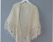 70s boho shawl. One Size. Light beige wool loose folk shawl with long fridges, was handmade in Greece. In a very good vintage condition.