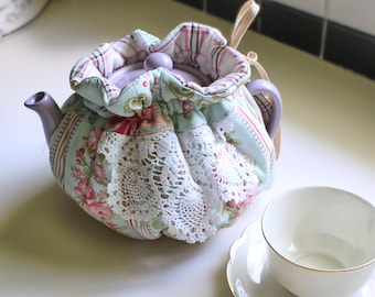 Pretty Winter Roses 6 Cup Reversible Tea Pot Cozy