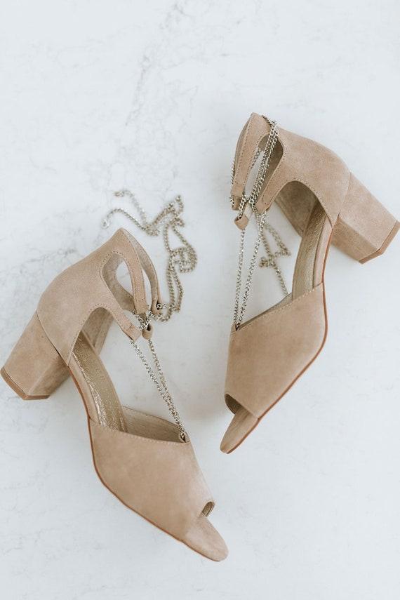 Scarpe da sposa tacco basso, scarpa da sposa in camoscio, Ladies taupe scarpa, scarpe vintage, scarpe da sposa uniche, catena d'oro, stile: bacio più