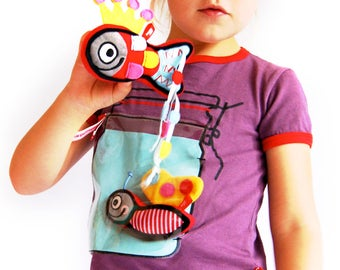 T-shirt with jar + fish toy