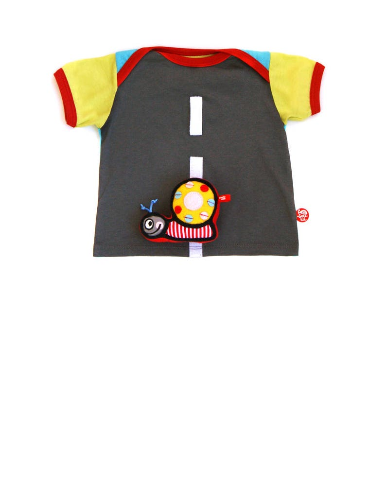 BEEETÚ Baby T-shirt with snail toy on the road image 0