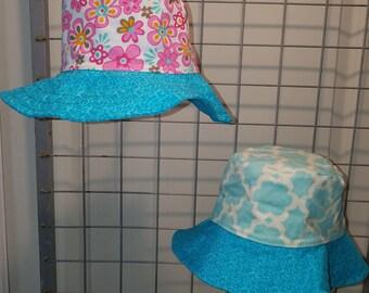 Reversbile bucket Hat aqua and white and retro daisy with dark aqua brim