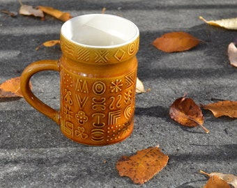 60s Keramiktasse SECLA honigfarben goldbraun geometrische Muster boho